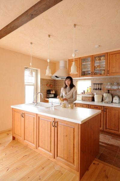 フード・オーブン・タイル・水栓金具に扉の色や取っ手まで、全て奥様の好きなモノを。奥様が毎日いるキッチンだから、とっておきの場所に