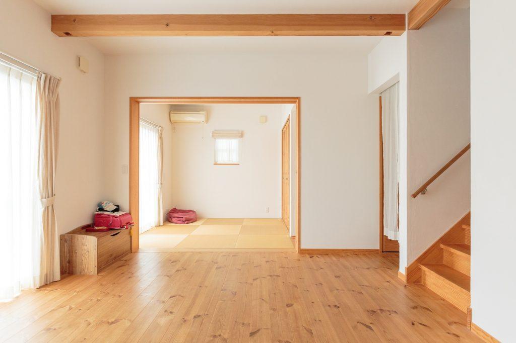 リビングには余計なものを置かずスッキリ! 築4年半が経ち、床の色も一層味わい深く…!