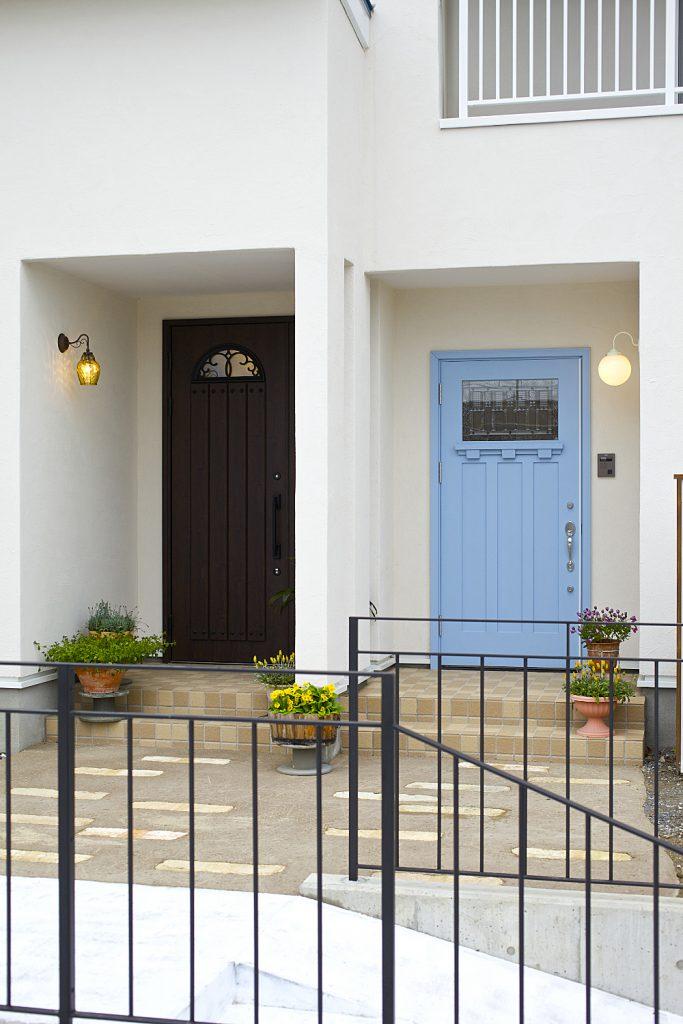 お互いの来客が訪ねて来やすいように、玄関は二世帯別々に。