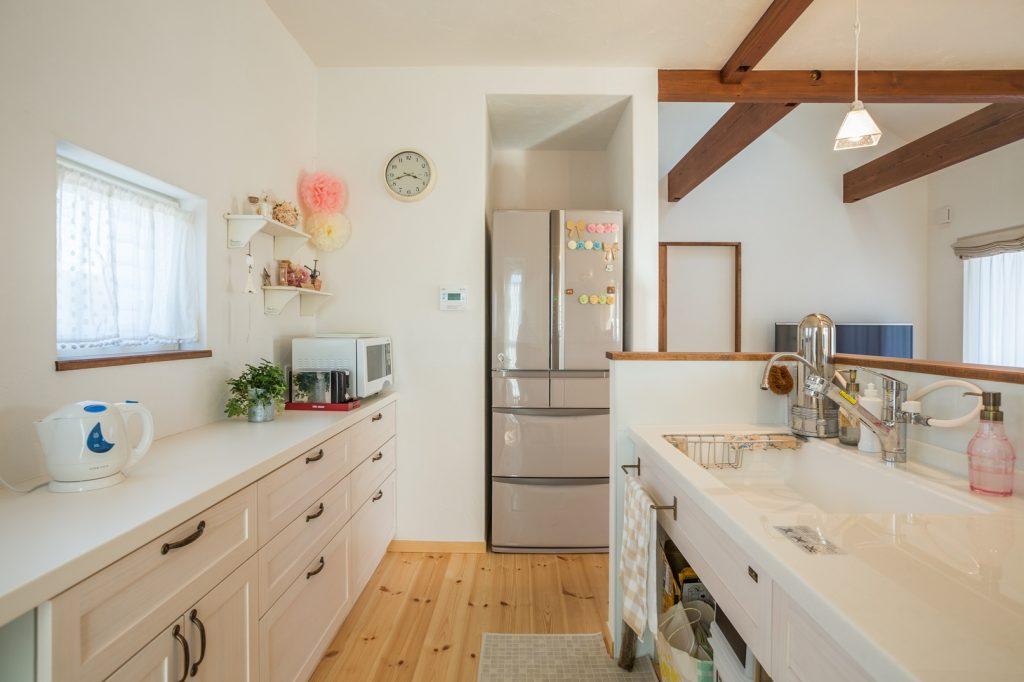 奥様の一番の要望だった対面キッチン。リビングから見えない冷蔵庫の配置もポイント