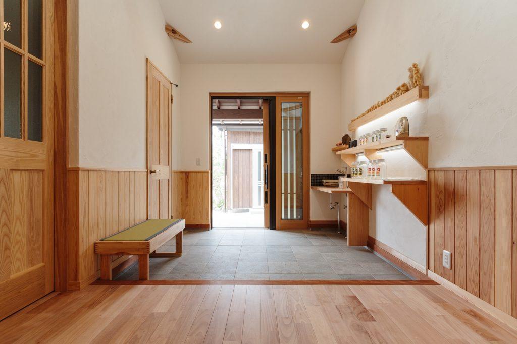 7.5畳もの広い玄関では、はちみつの軒先販売もされているそう