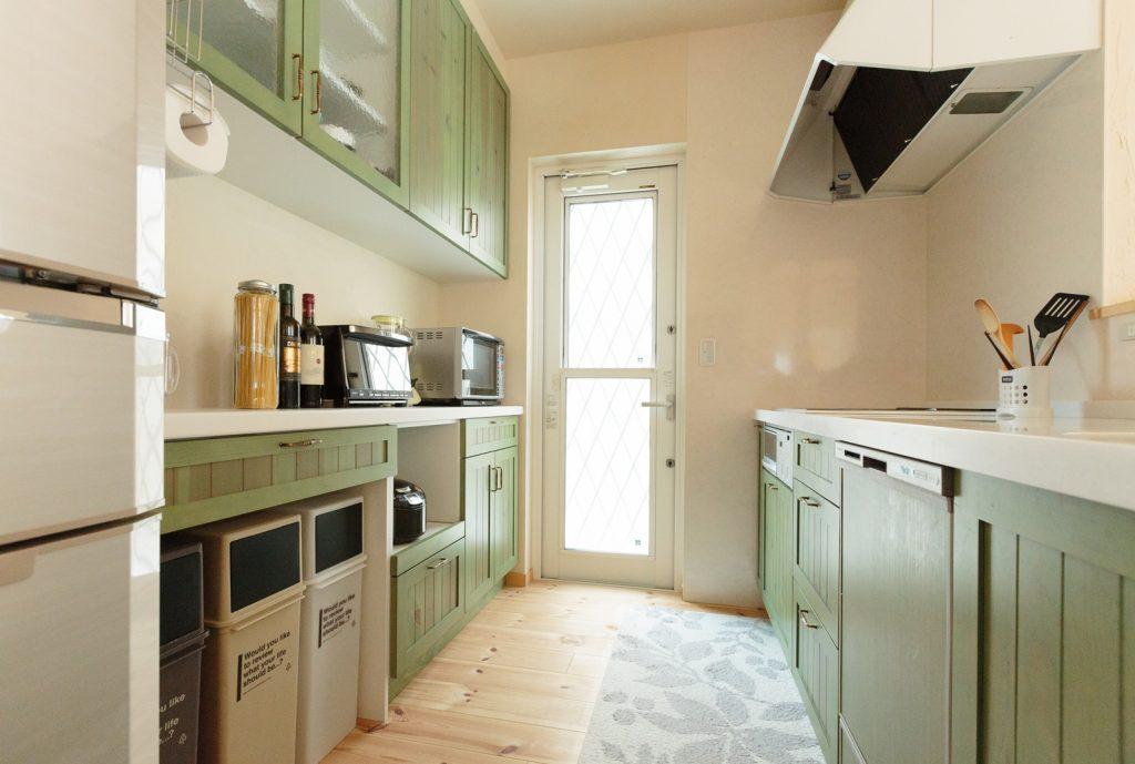 キッチンは心落ち着くグリーンをチョイス