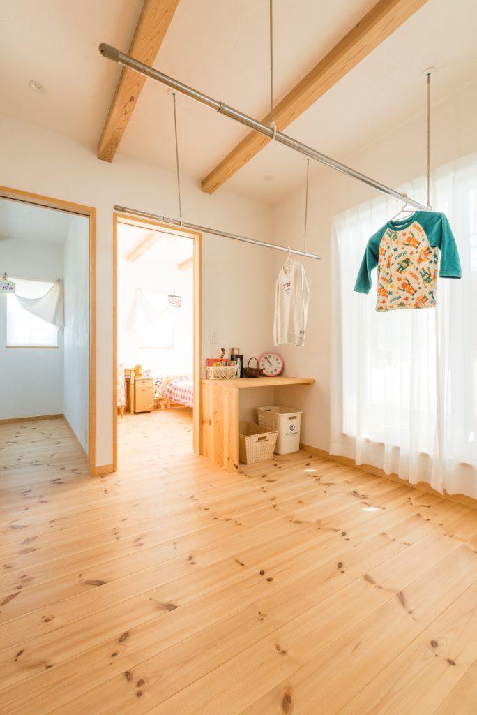 意匠も使い勝手も抜群の固定棚と室内干しもできる2階ホール