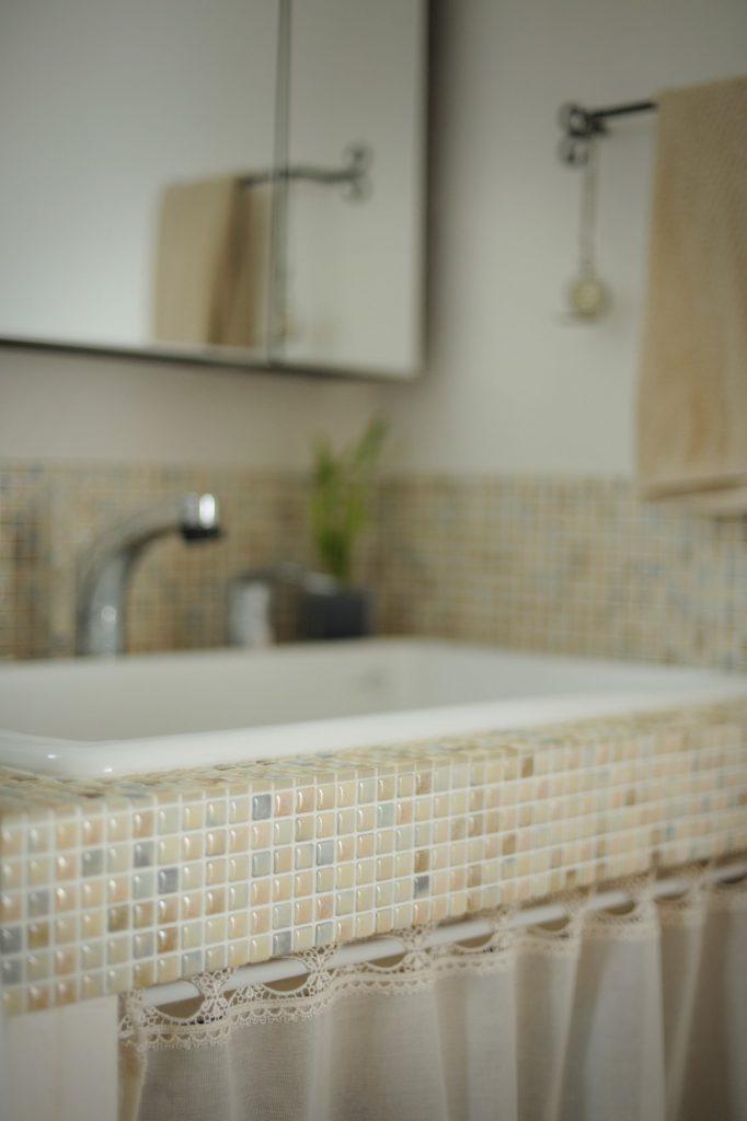 淡い色合いのモザイクタイルを使用した、可愛くて上品な洗面化粧台