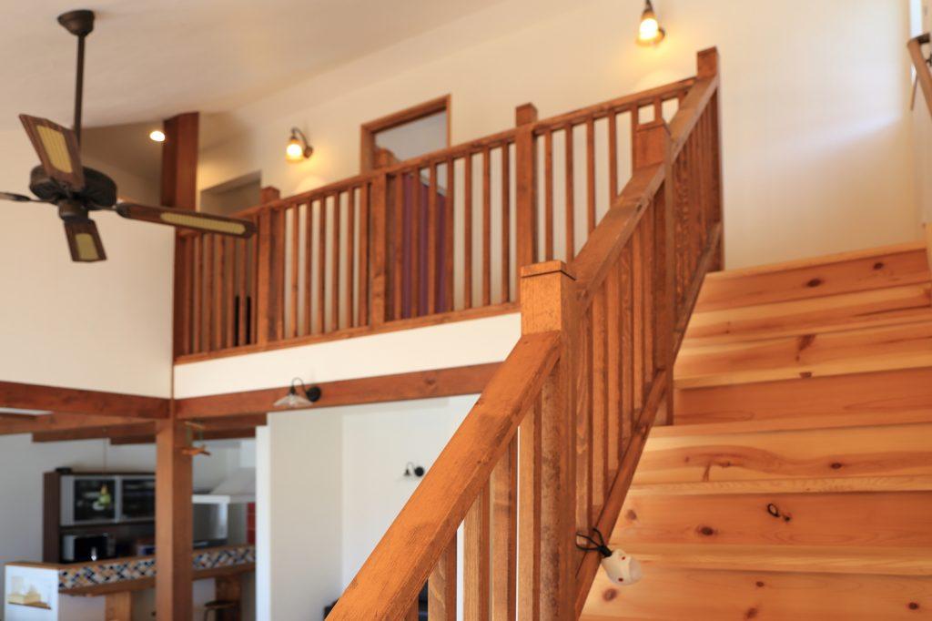お部屋の雰囲気にマッチした木製の格子手すり