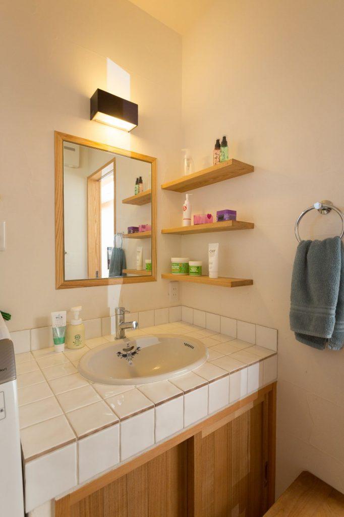 天然木と白色タイルでシンプル&ナチュラルに仕上げたオリジナル洗面化粧台