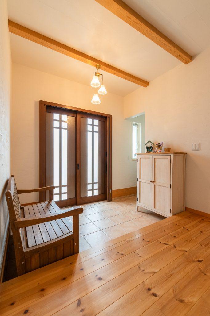 可愛らしい照明と家具がならぶ広々玄関