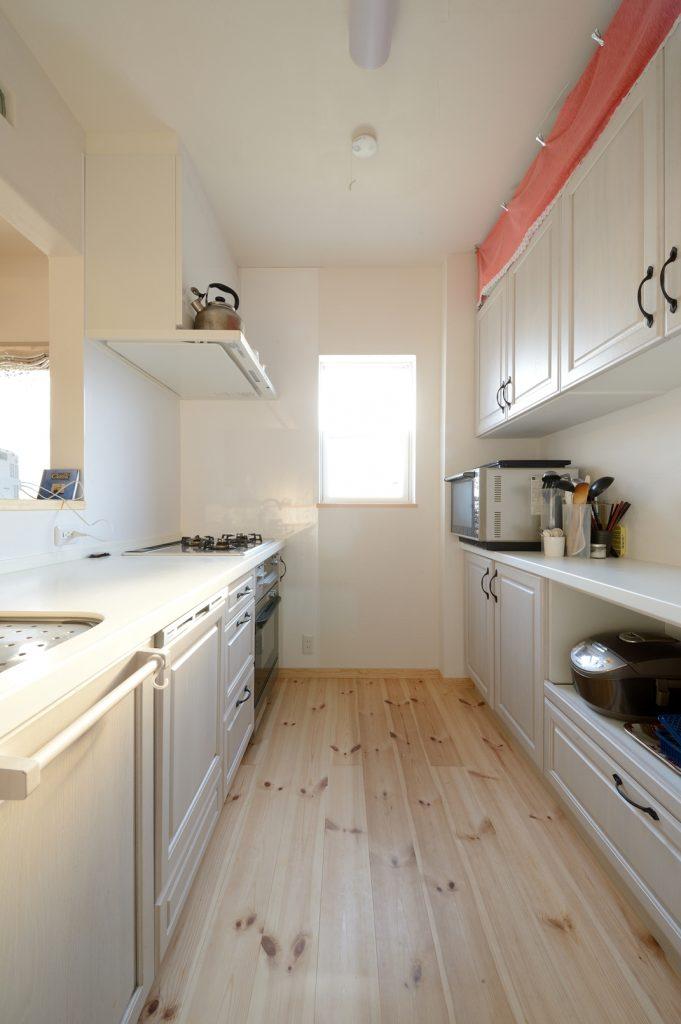 収納量も 使いやすさも 可愛さも両立した白いキッチン