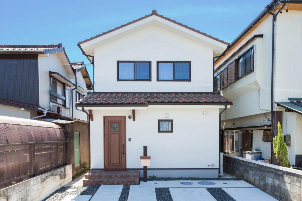 ダークベージュの屋根と窓枠が印象的な外観
