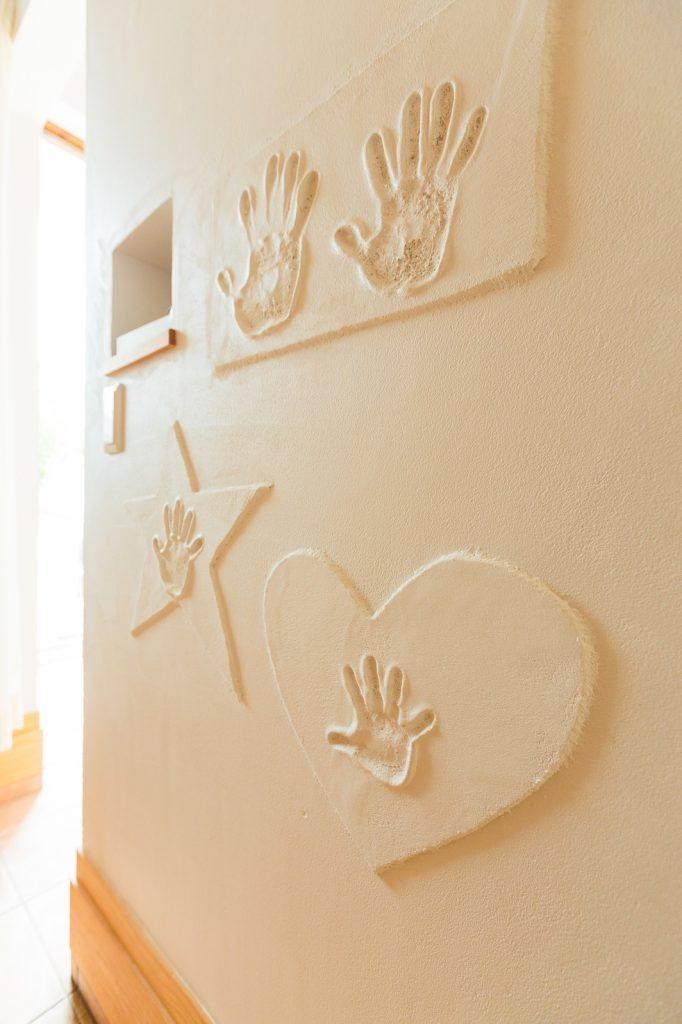 新築の記念に漆喰壁に押したご家族全員の手形