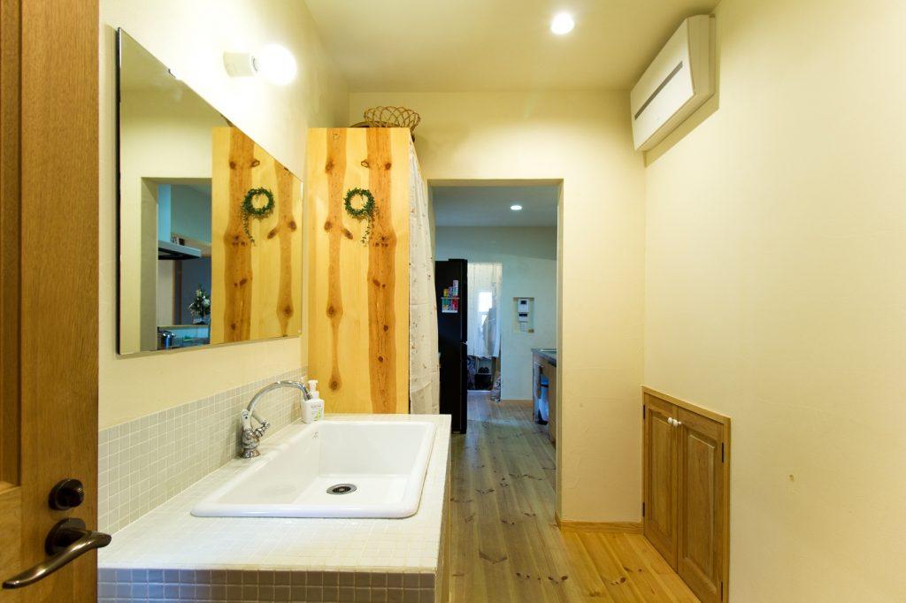 シューズクローク・パントリー・キッチン・洗面所・脱衣所・浴室が横並びになった、家事ラク導線