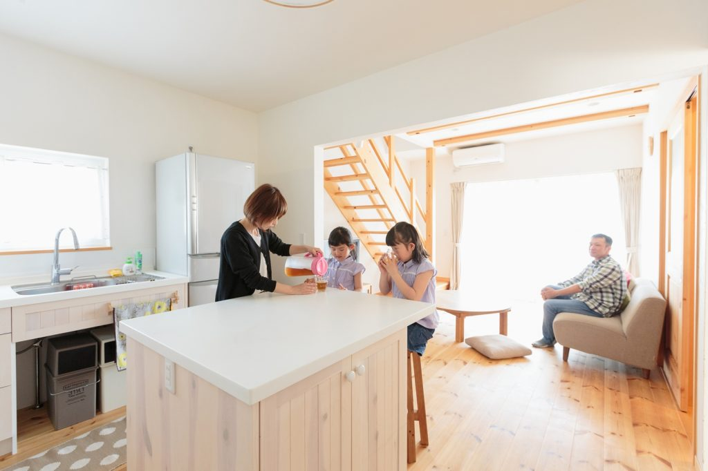 親子一緒にお料理やお菓子作りを楽しめるように…とキッチン中央に設けたアイランドカウンター。