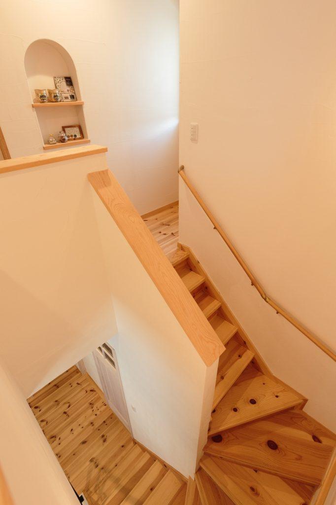 可愛らしく飾られたニッチと階段