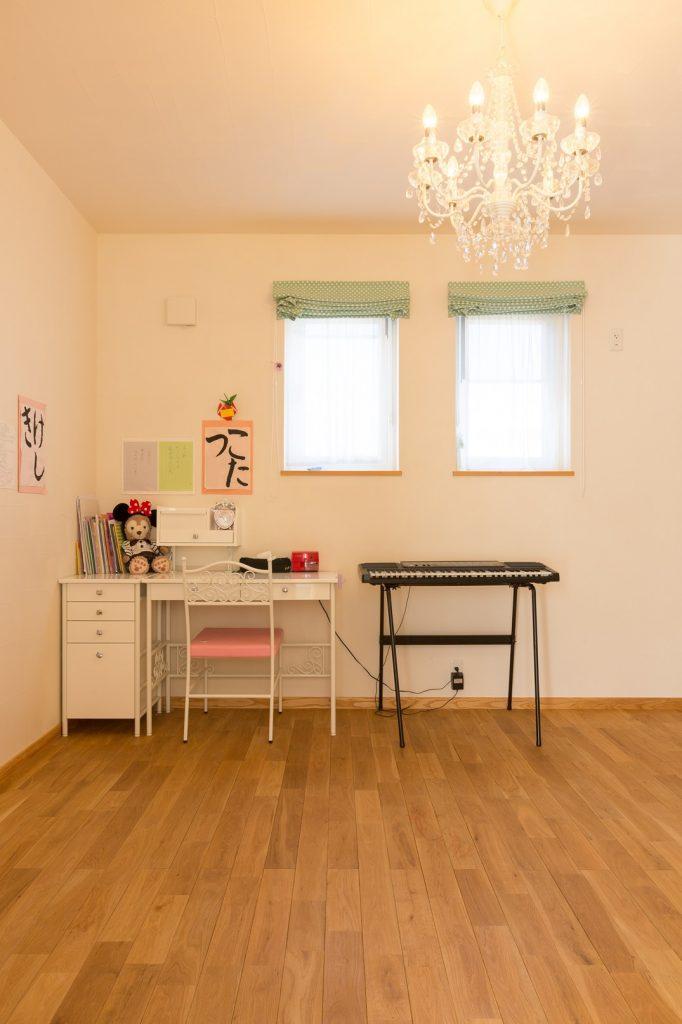 シャンデリアが可愛らしい子ども部屋