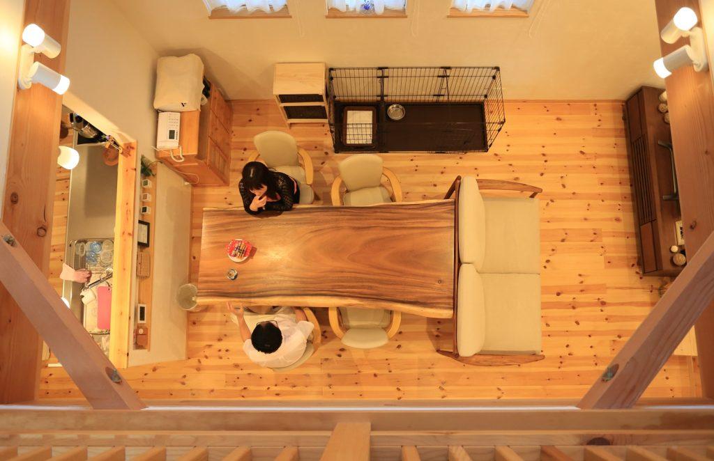 家の中心部に設けた4.5畳もの広い吹抜け