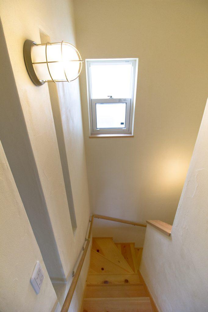 マリンランプとスリット壁がポイントの階段スペース