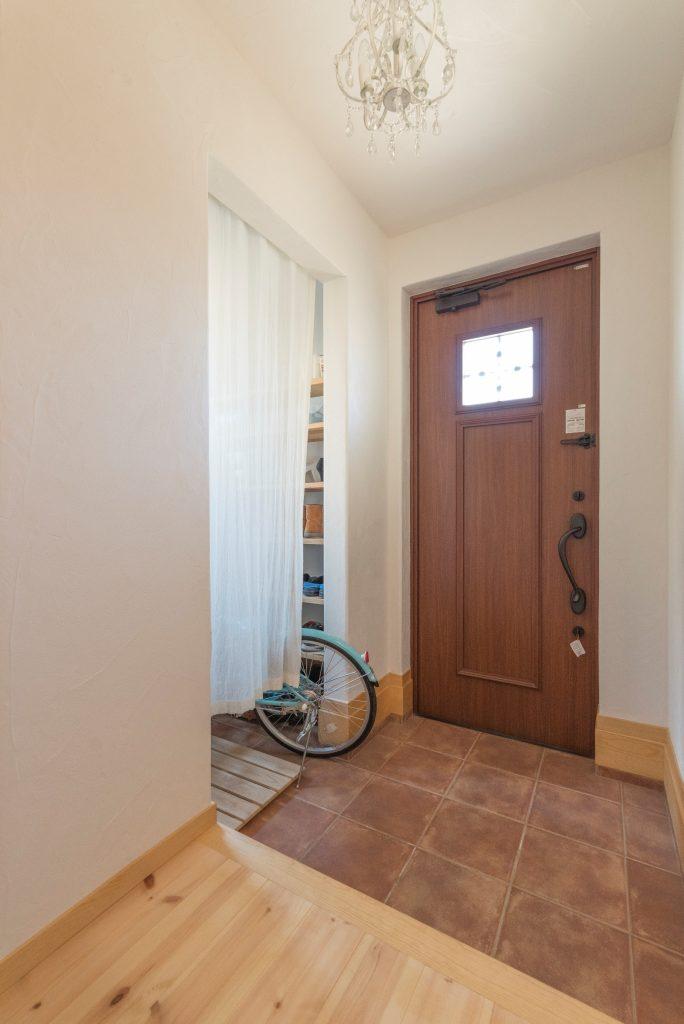 シャンデリアがキラリと輝く スッキリとした印象の玄関