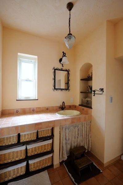 可愛らしいオリジナル洗面化粧台。広い作業台もなにかと便利です