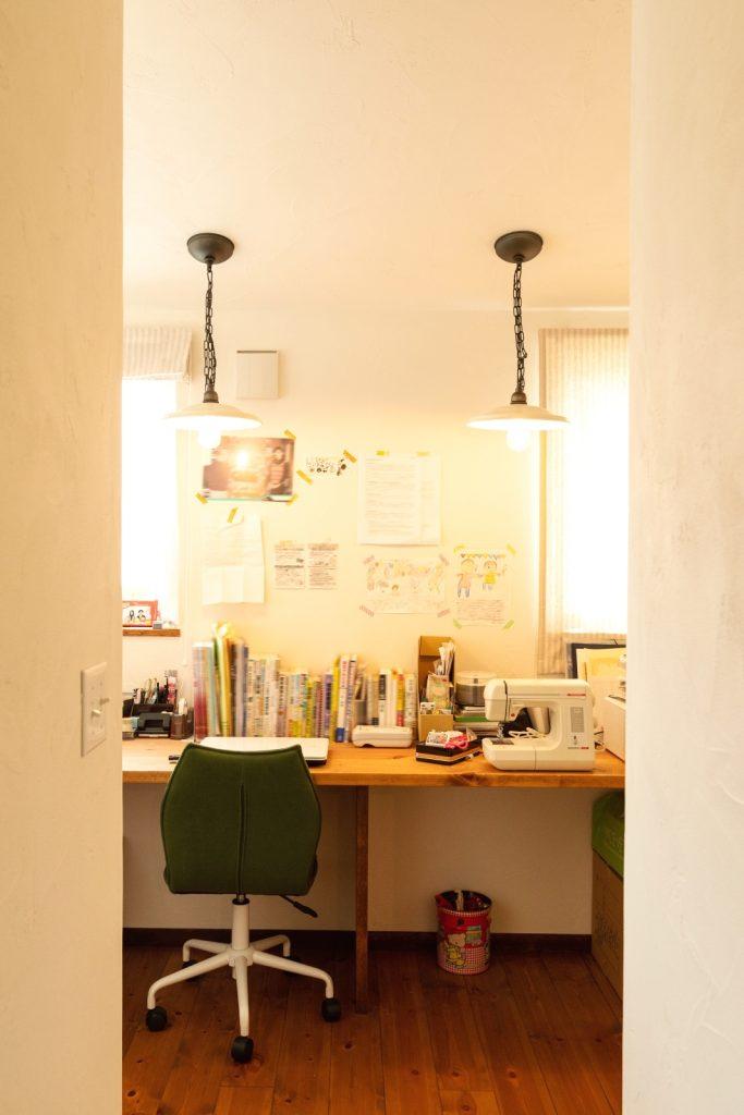 リビングの吹抜けとひとつながりの書斎