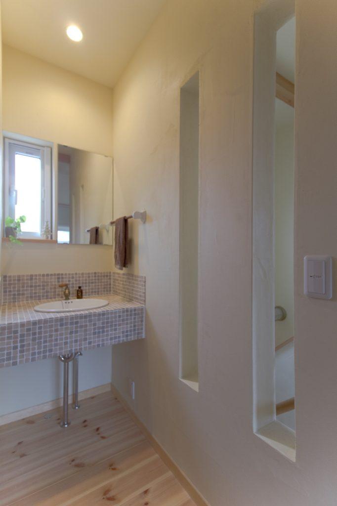 優しい色合いのモザイクタイルをつかった洗面台。 スリット壁の抜け感も◎!