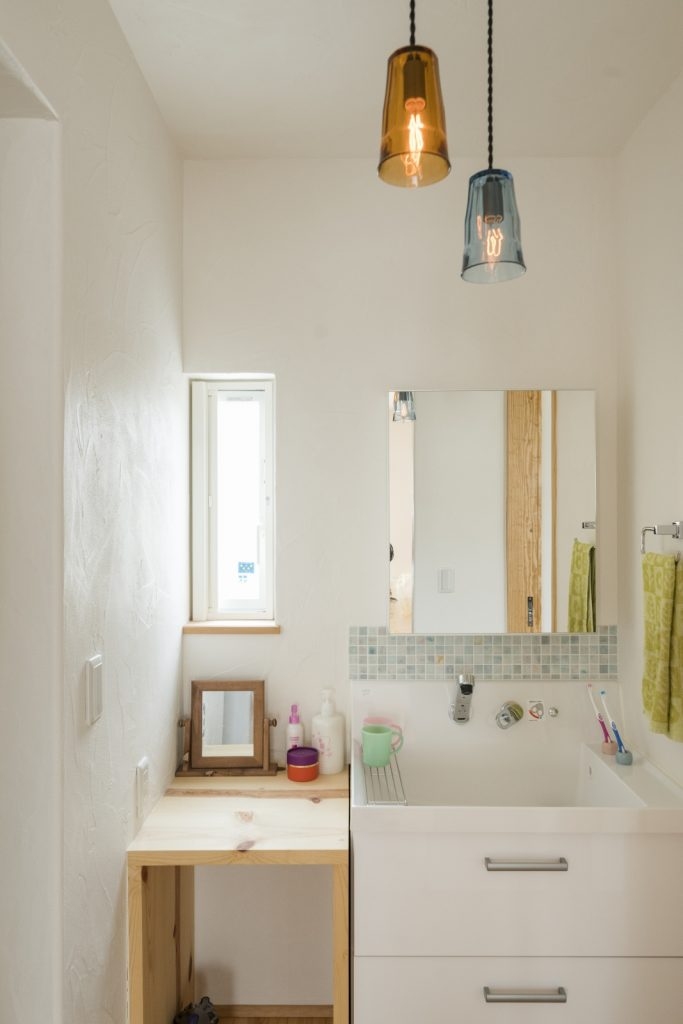 2つ並んだ照明が◎シンプルな洗面所