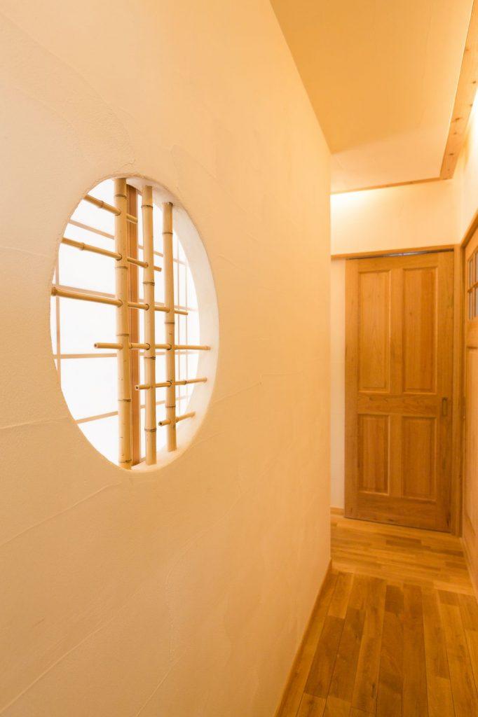 漆喰の塗壁と相性の良い竹格子の丸窓