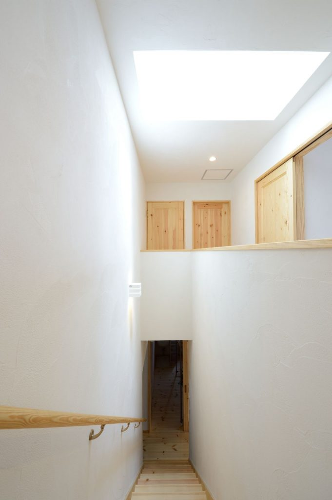 階段上部に天窓を設置。室内がとても明るく気持ちのいい空間に