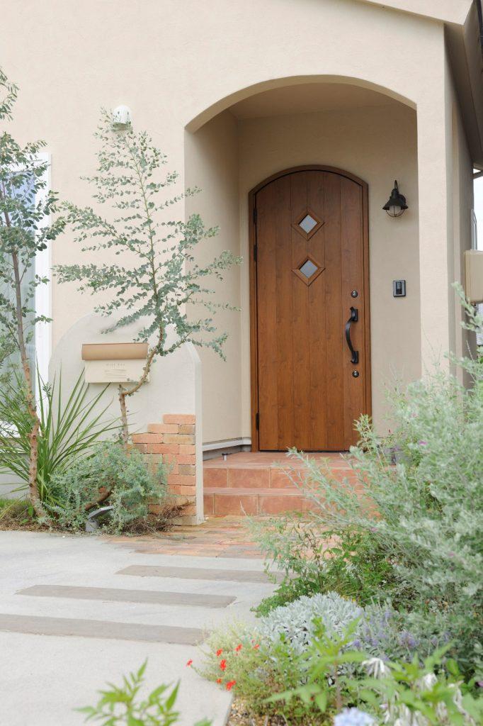 沢山のお花やハーブが、目を楽しませてくれる玄関までのアプローチ