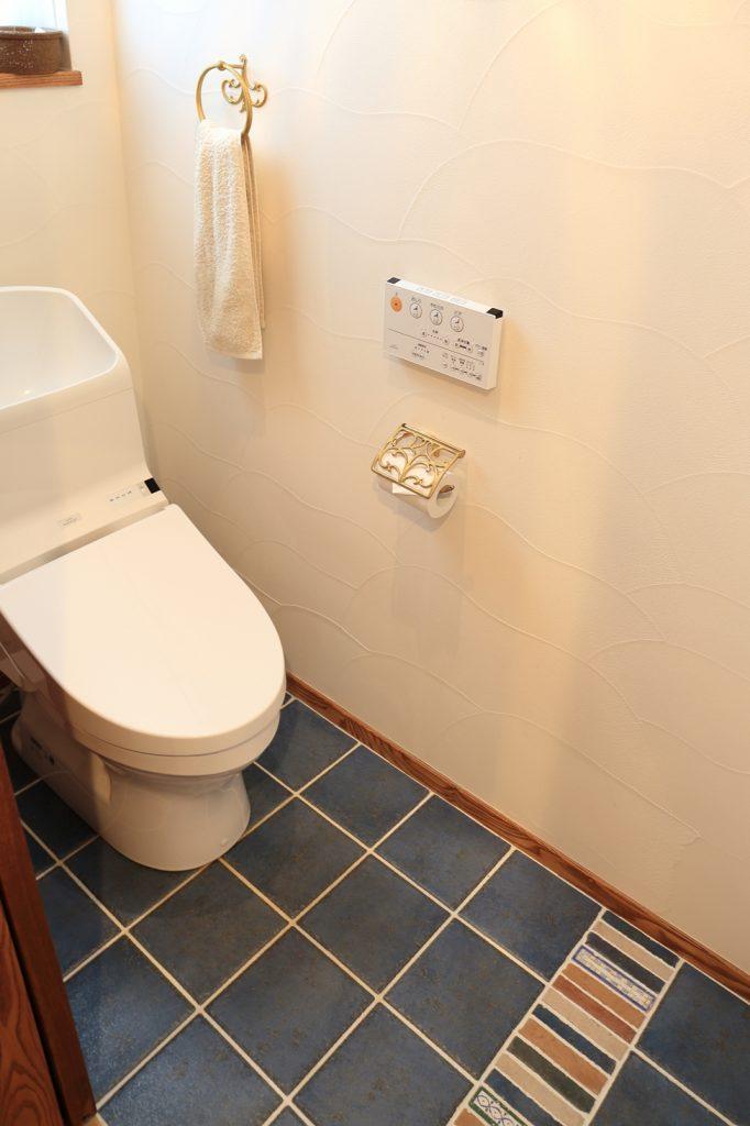 一部だけ色柄を替えたタイルの床にセンスの良さを感じる1階手洗い