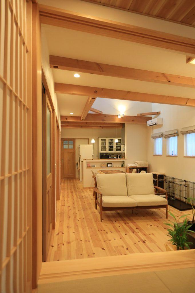 引き戸の開閉により、客間としてもリビングの延長としても使える和室