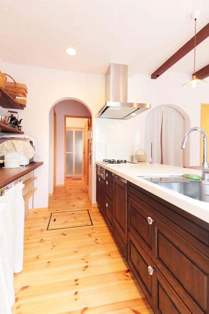 落ち着いた色合いでまとめられたキッチンのすぐ隣には、便利なパントリーが。