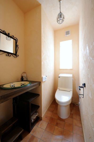 トイレの手洗い器も、レトロ調の洗面カウンターに仕上げました