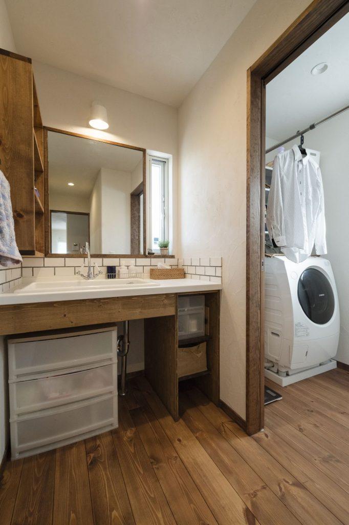 大きな鏡がポイントの独立型洗面台
