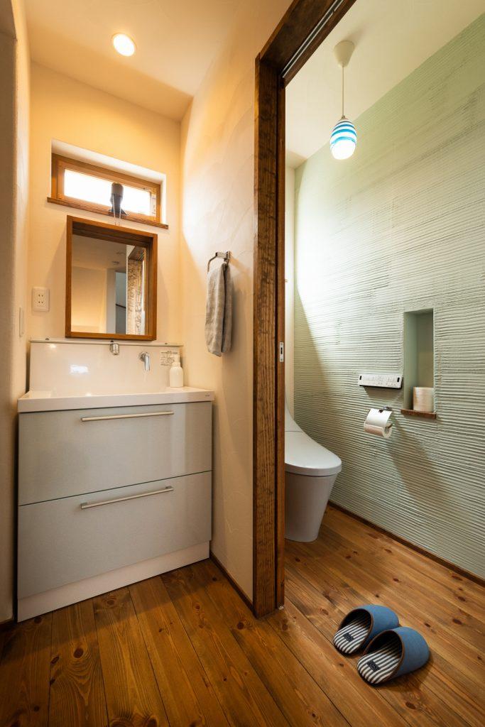 淡い色の塗り壁がおしゃれなトイレ