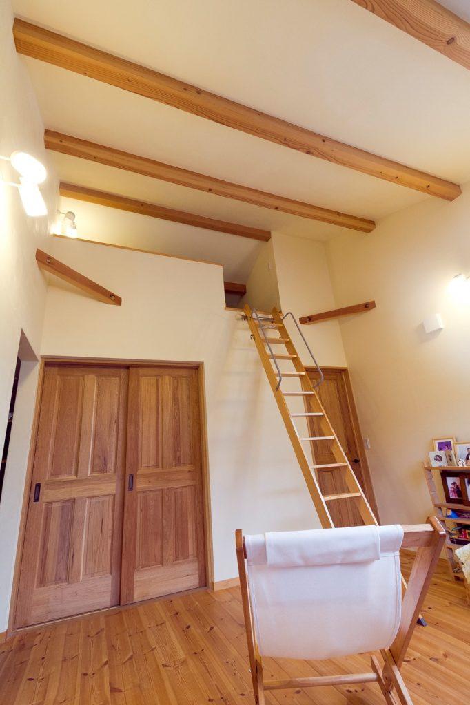 セカンドリビングとしても使える2階のホールスペースは、勾配天井とロフトで開放感抜群!