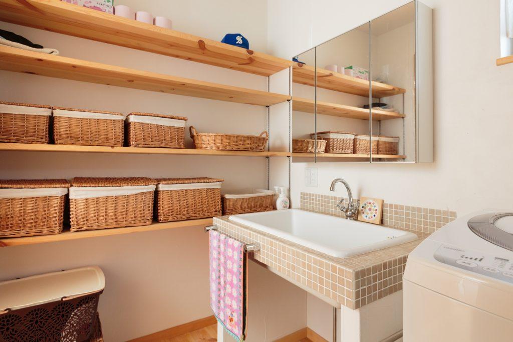 壁一面の大容量収納で、すっきり使える洗面所