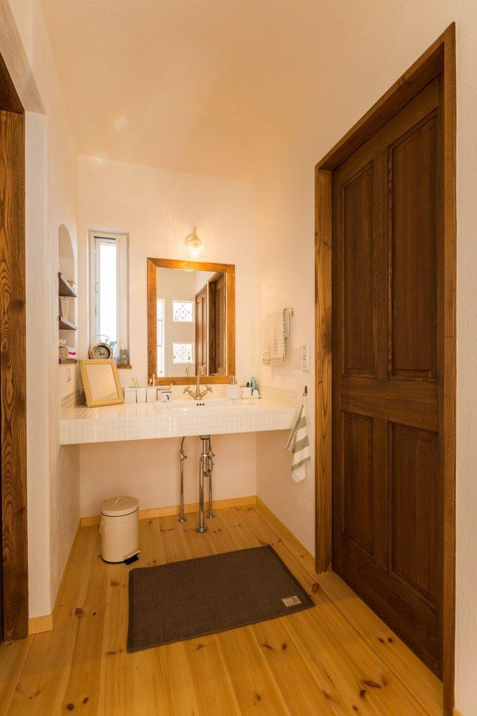 帰ってきたらすぐに手が洗えるように…と、玄関のすぐ近くに設けた洗面所