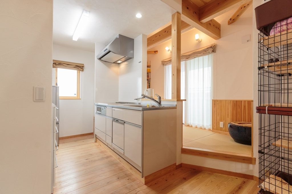 書斎とリビングに隣接した 2階のキッチン