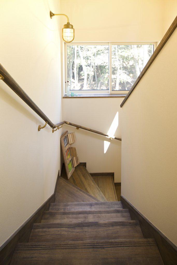 階段もレトロに演出。