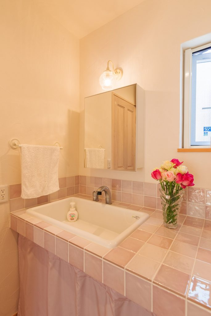 淡い色合いのタイルを使い、優しい雰囲気が漂う オリジナル洗面化粧台