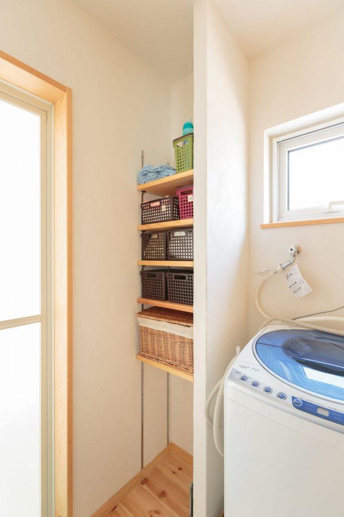 脱衣室の収納は可動式で便利
