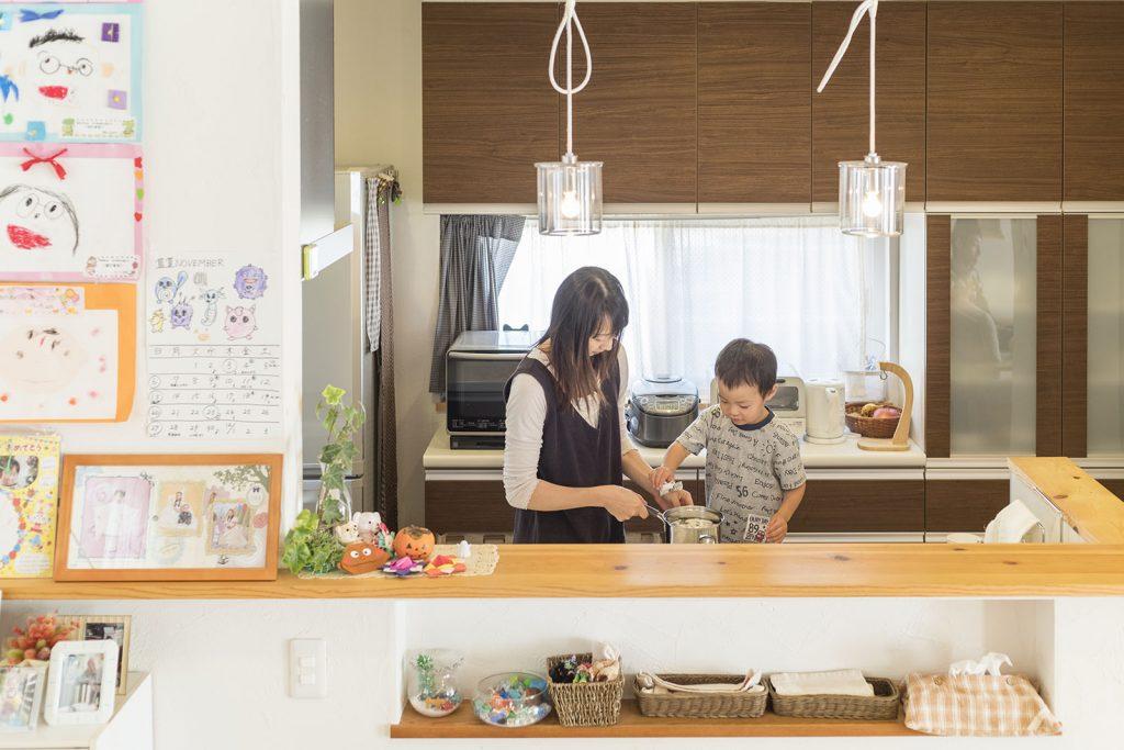 リビングやダイニングの様子が見渡せ安心して使えるキッチン。お子様たちがお手伝いをしてくることもあるそう♪
