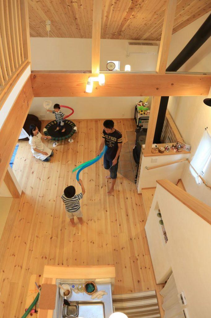 吹き抜けのおかけで2階にいても家族の様子を眺められる