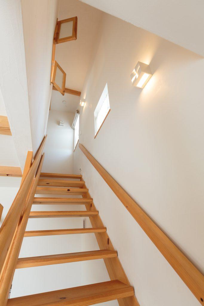 リビングが広く感じるように…とスケルトンにした階段はご家族全員がお気に入りの場所だそう
