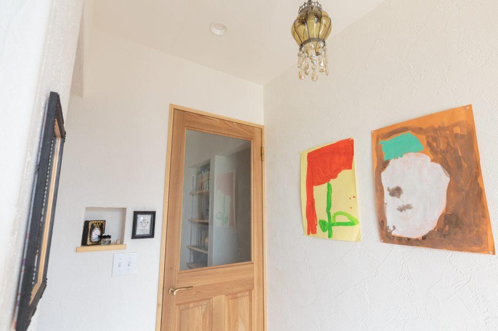 玄関にディスプレイされた可愛い絵はお子様が描かれたものだとか