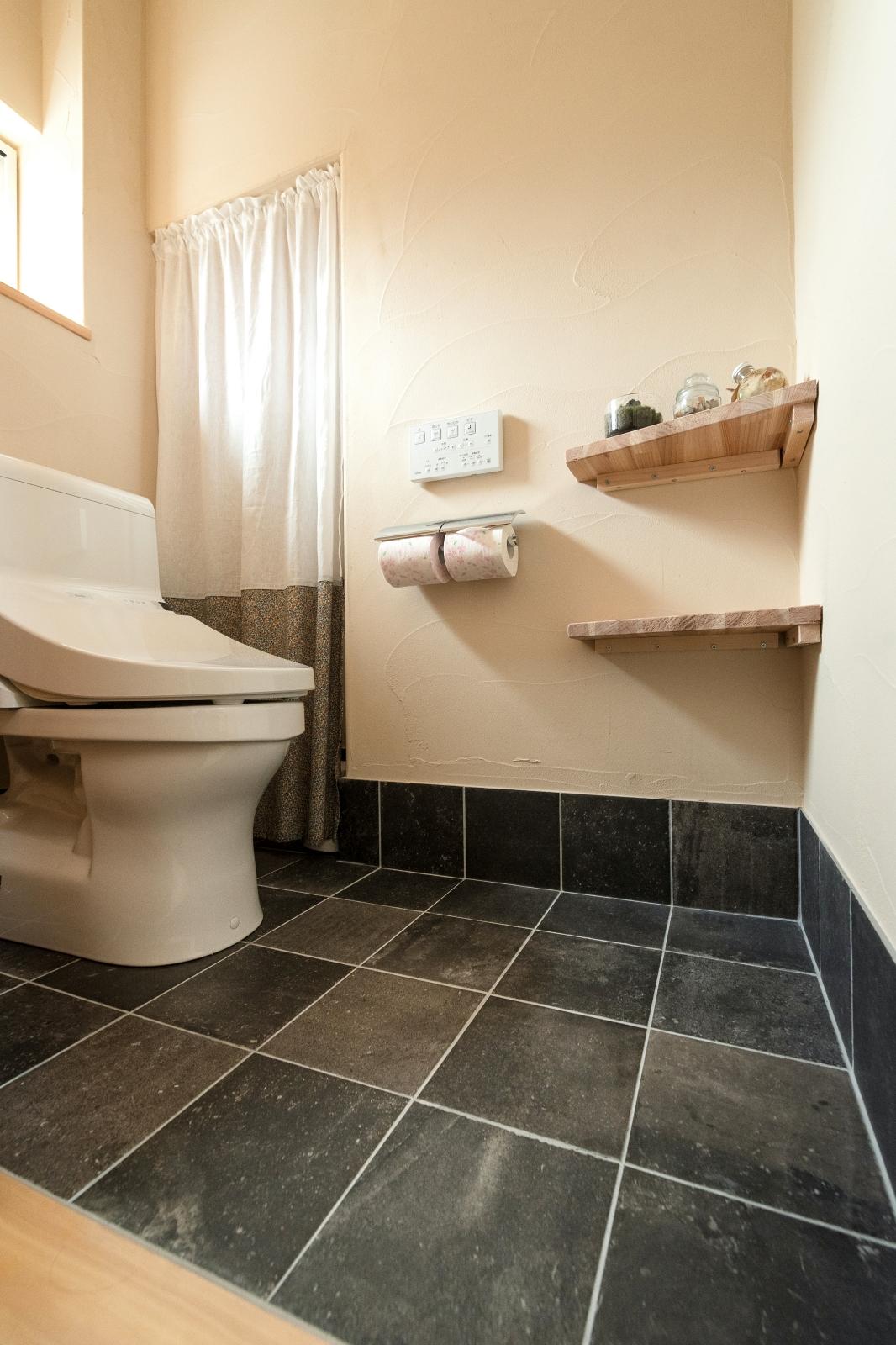 階段下収納のあるトイレ