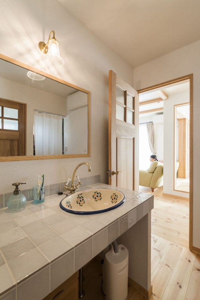 洗面ボウルや水栓、飾り棚やタイルなど全てをお好きなもので組み合わせた、世界に1つだけのオリジナル洗面台