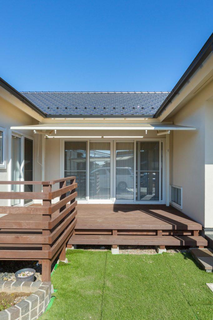 コの字型の中庭を通じて家中が繋がる平屋