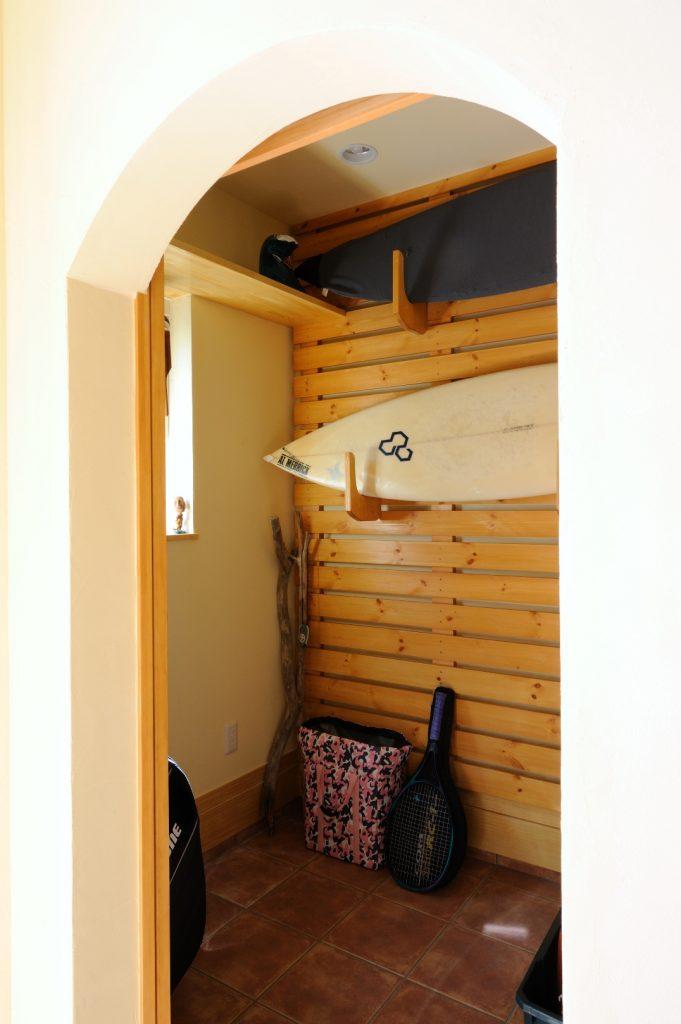 趣味のサーフィンをより楽しむ為、サーフボードの収納にもこだわりました。