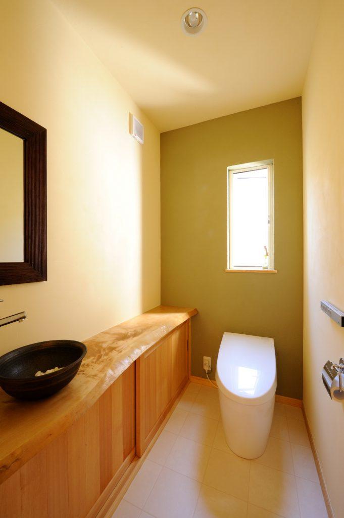 トイレは、鮮やかなグリーンの壁がアクセント。